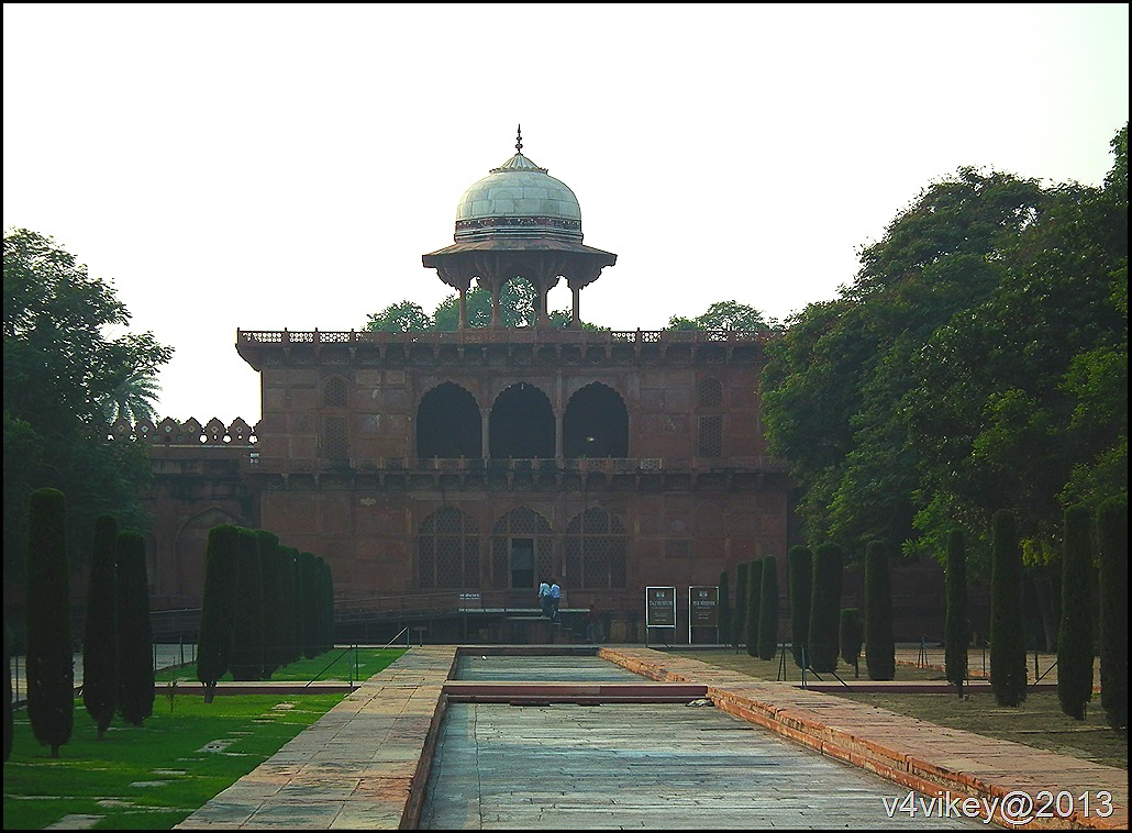 Side buildings of Taj Mahal